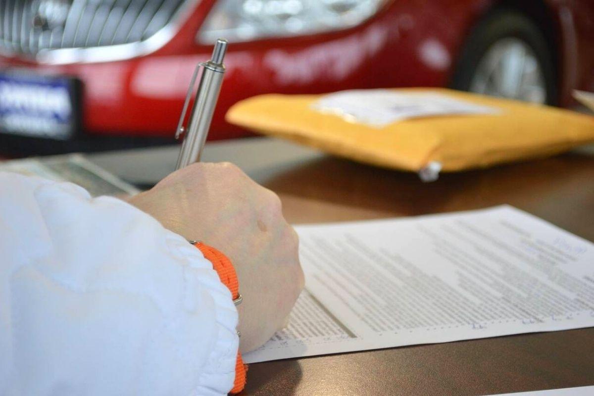 Firmando la solicitud de un préstamo personal